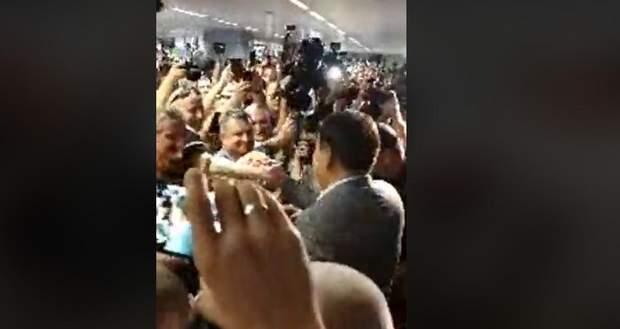 6e649d029070ca Зустріти Саакашвілі в аеропорту прийшли соратники, прихильники та  журналісти: фото 24 каналу