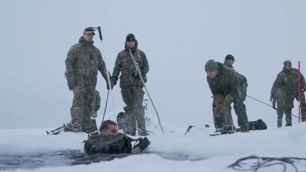 Бійці НАТО стрибали у воду для тренувань