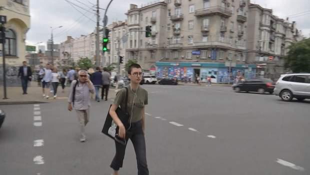 Пішоходи переходять дорогу