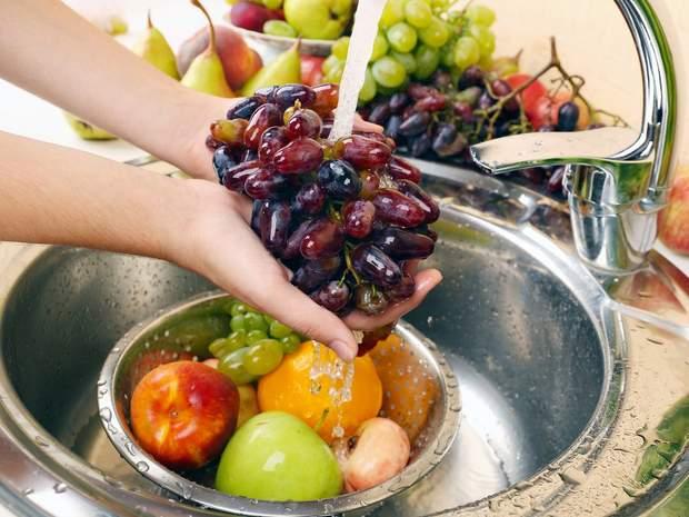 Ретельно мийте овочі та фрукти