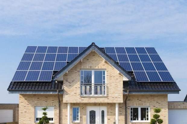 Сонячні панелі на даху будинку