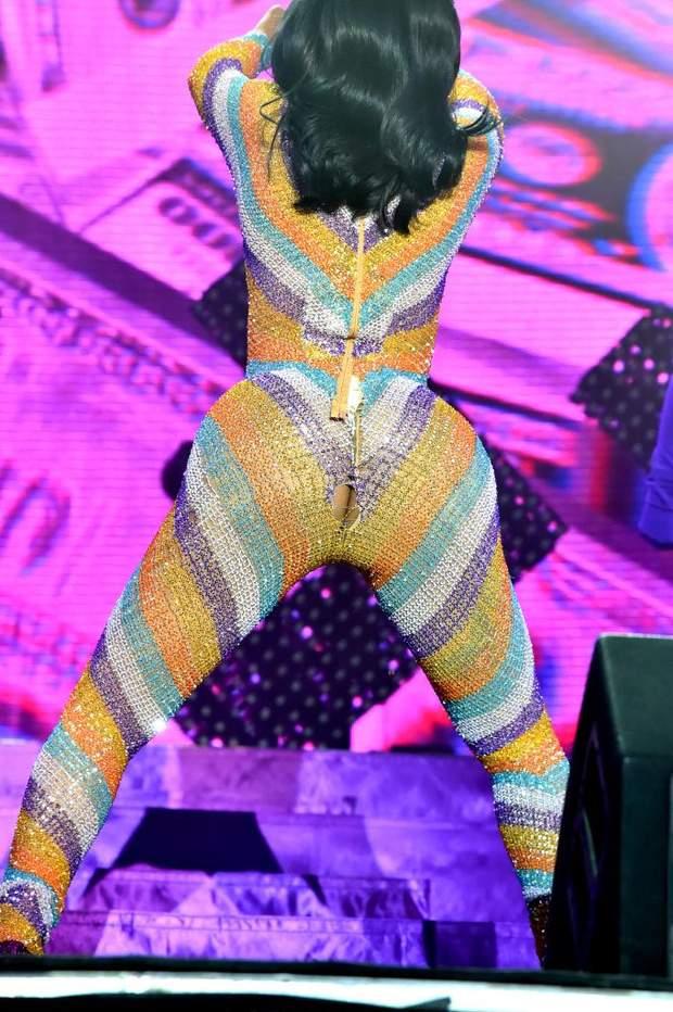 Співачка Cardi B порвала комбінезон на сцені