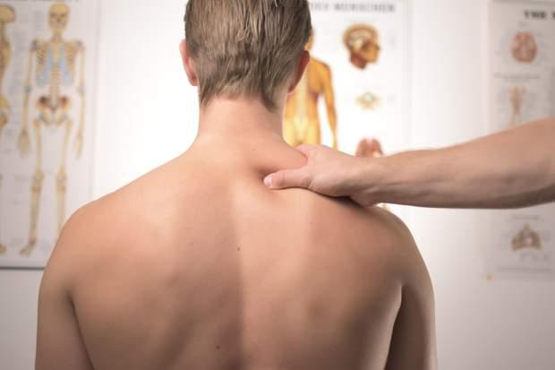 Найчастіше болить шия через довготривале неправильне положення