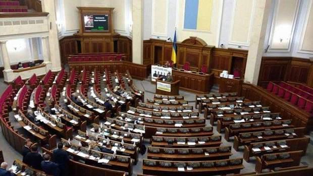 Третій рік Верховна Рада не може розглянути законопроект щодо хімічної кастрації. В очікуванні дострокових виборів депутати взагалі не з'являються на засідання.