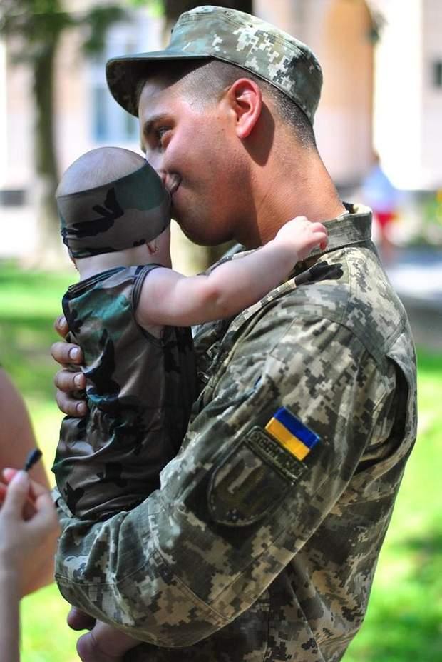 Сергій Дорогавцев вперше цілує донечку
