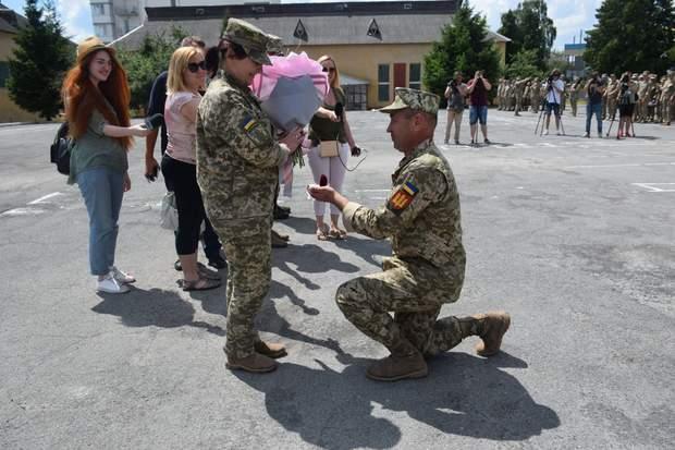 Військовий зробив пропозицію коханій на плацу