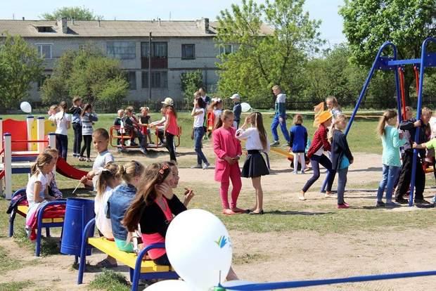 Мажоритарники часто відкривають дитячі майданчики за державні кошти