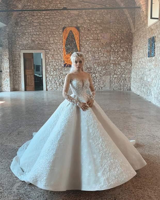 7b5eeb0260cf9b Окрім цього, для виконання своїх пісень Аліна вибрала легке і зручне  вбрання, в якому планувала красуватись на наступний день після весілля