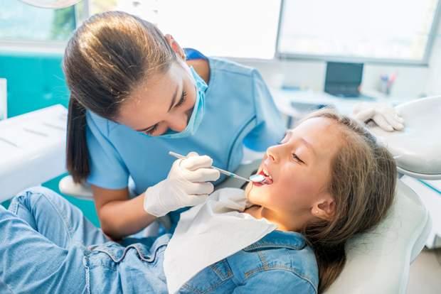 Зуби можуть потемніти через карієс