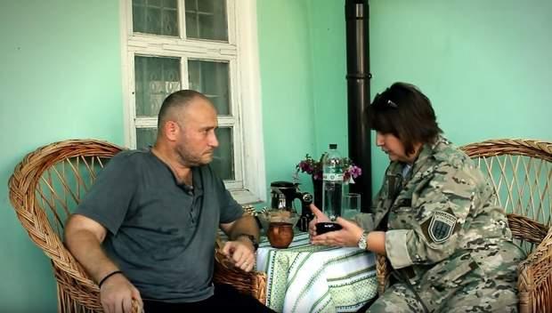 Дмитро Ярош на подвір'ї власного дому разом з журналісткою