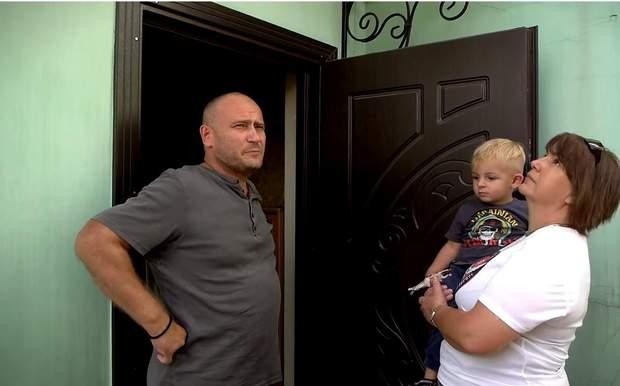 Ярош на вході біля свого дому з онуком та журналісткою