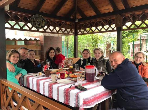 Дмитро Ярош з гостями в альтанці біля свого будинку в Кам'янському