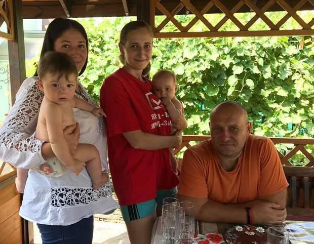 Дмитро Ярош в альтанці біля дому з двома доньками та онуками