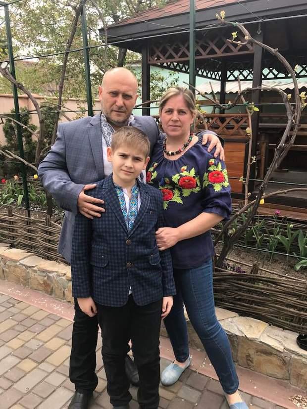 Дмитро Ярош на подвір'ї свого дому з дружиною Ольгою і сином Дмитриком