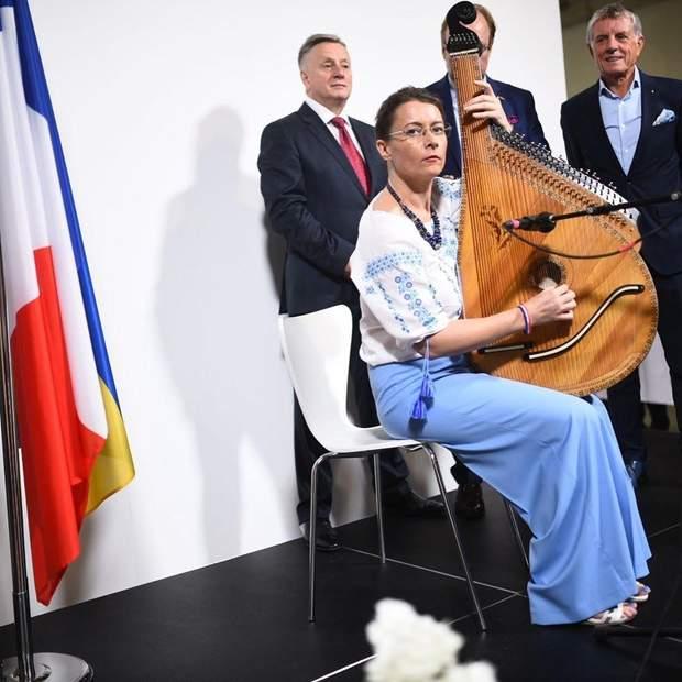 Ізабель Дюмон зіграла на бандурі