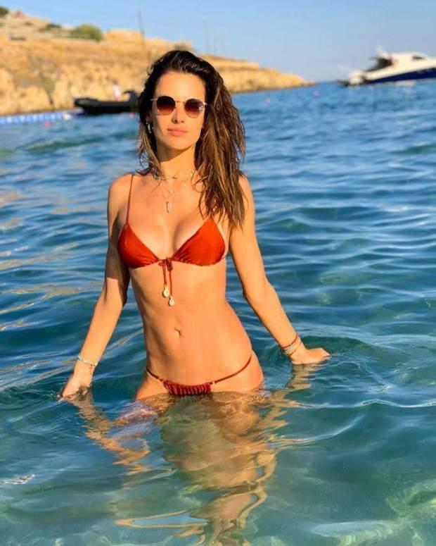 Алессандра Амбросія в купальнику