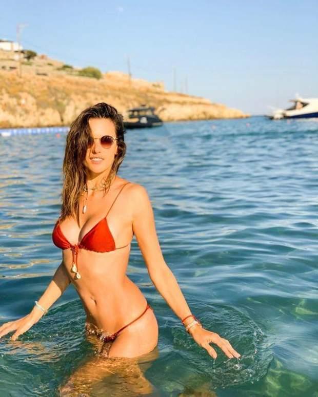 Алессандра Амбросіо на пляжі