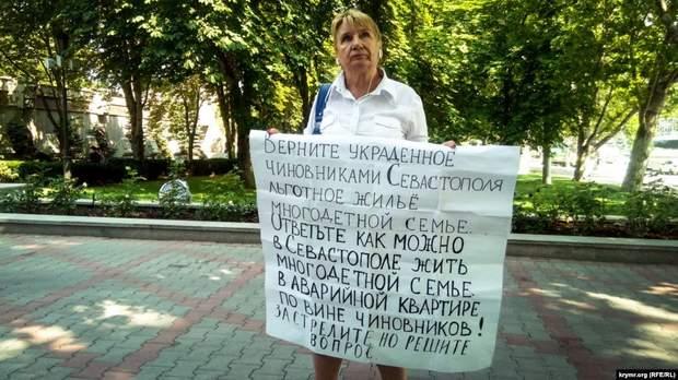 Жительница Севастополя Антонина Колобова проводит одиночный пикет в Севастополе, 16 июля 2019 год