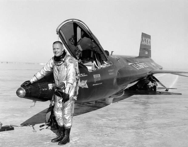 Ніл Армстронг після дослідницького польоту в 1960 році