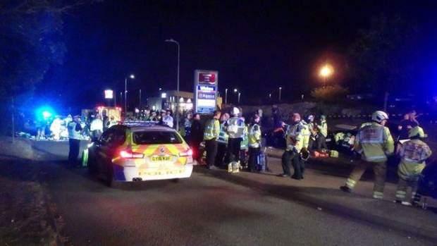 Общество: На гонках в Британии авто влетело в толпу подростков, много раненых: видео рис 2