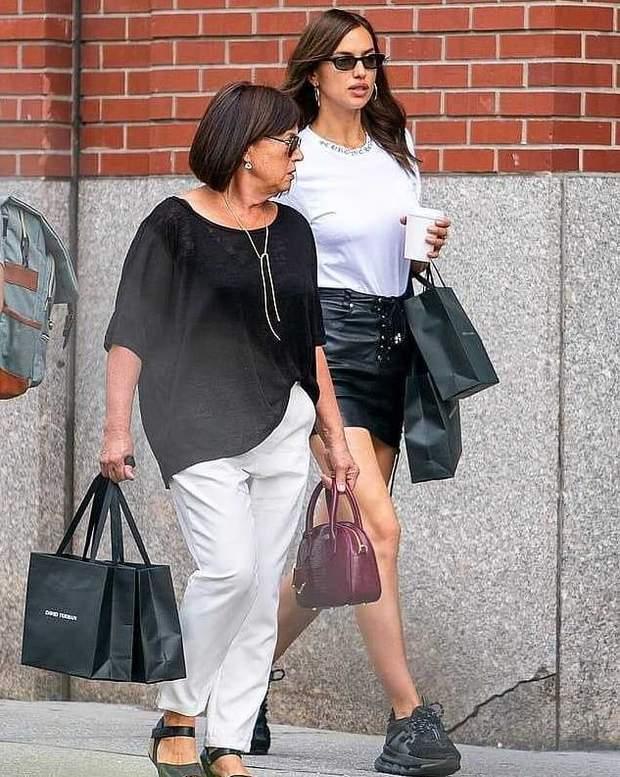 Ірина Шейк на прогулянці з мамою