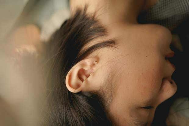 Чищення вух ватяною паличкою викликає вушні корки