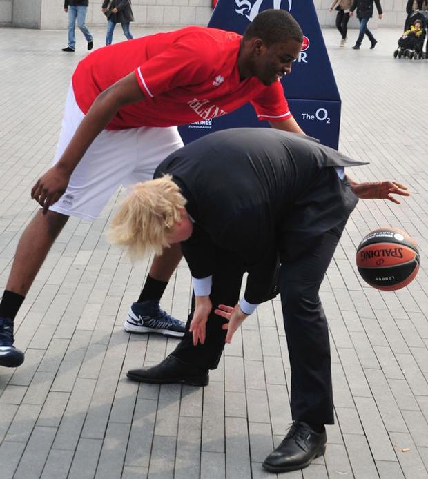 Общество: Борис Джонсон и спорт: забавные казусы нового премьера Великобритании – фото- и видеообзор рис 5