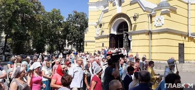 Після літургії віряни вийшли на міні-ходу навколо храму