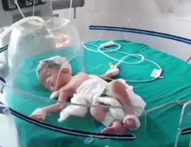 В Індії мати викинула дитину в каналізацію
