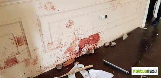 Плями крові на стінах