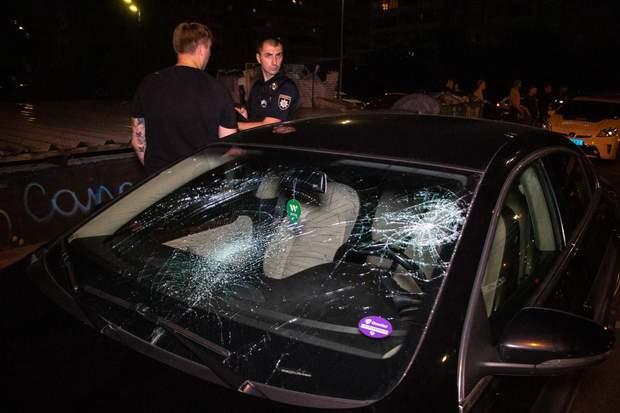 У Києві чоловік напідпитку розбив лобове скло, бо на нього намагались наїхати