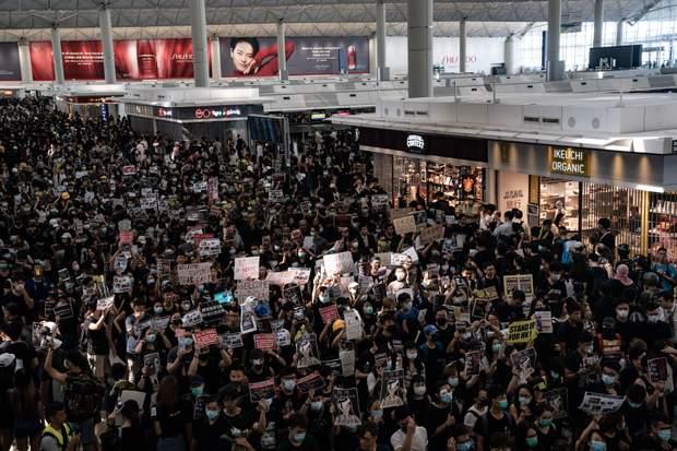 протести Гонконг аеропорт