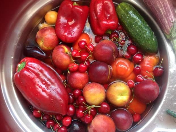 Щоб позбутися від бактерій/грибів – замочіть фрукти/овочі/ягоди у воді з оцтом