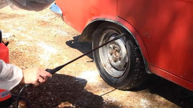 Колеса машин обробляють хлорованим розчином