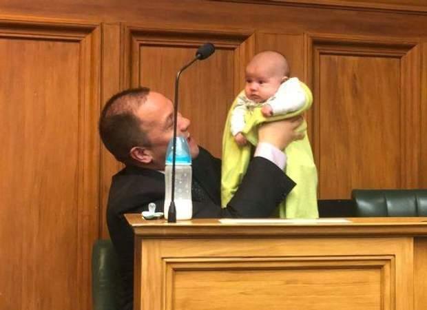 Тіматті Кофі з дитиною парламент Нова Зеландія