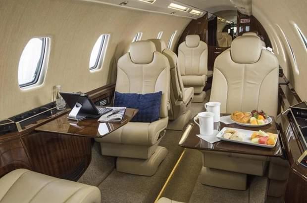 Літак, на якому летіли Меган Маркл і принц Гаррі