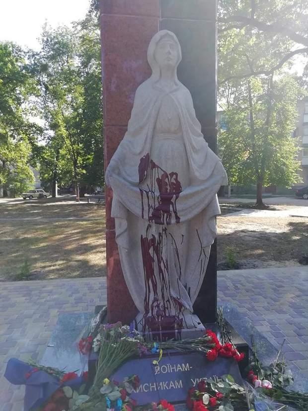 Пам'ятнику воїнам АТО, Озерне, Житомирщина, Облили фарбою