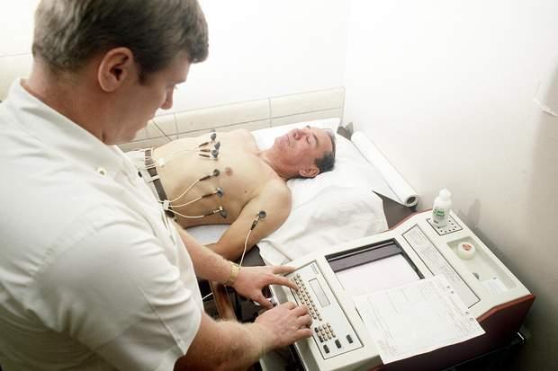 Пацієнту з підозрою на аритмію потрібно зробити електрокардіограму