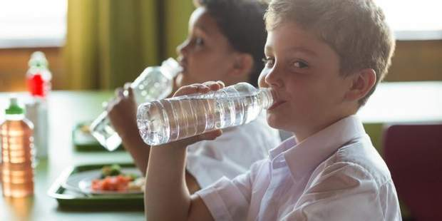 Давайте дітям з собою в школу пляшечку води