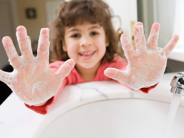 Діти повинні мити руки з милом, а не користуватися антисептиками