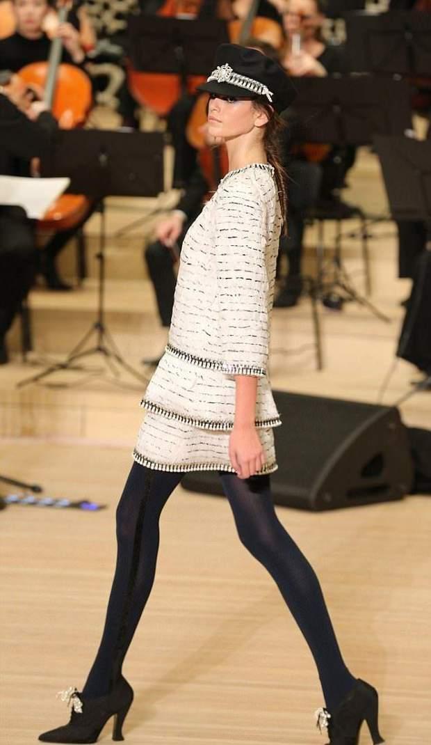 Кайя Гербер у твідовому костюмі Chanel