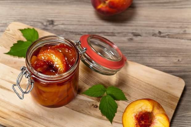 Варення з персиків і горіхів