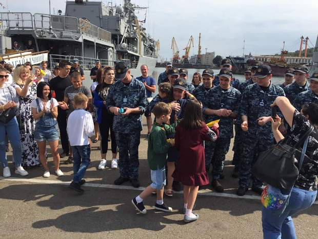 повернення українських моряків до Одеси після лікування в Києві фото