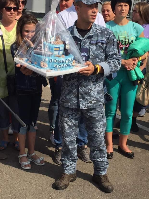звільнені з полону українські моряки повернення Одеса торт