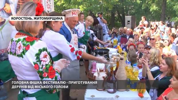 Мер Коростеня теж готував деруни: скріншот з відео