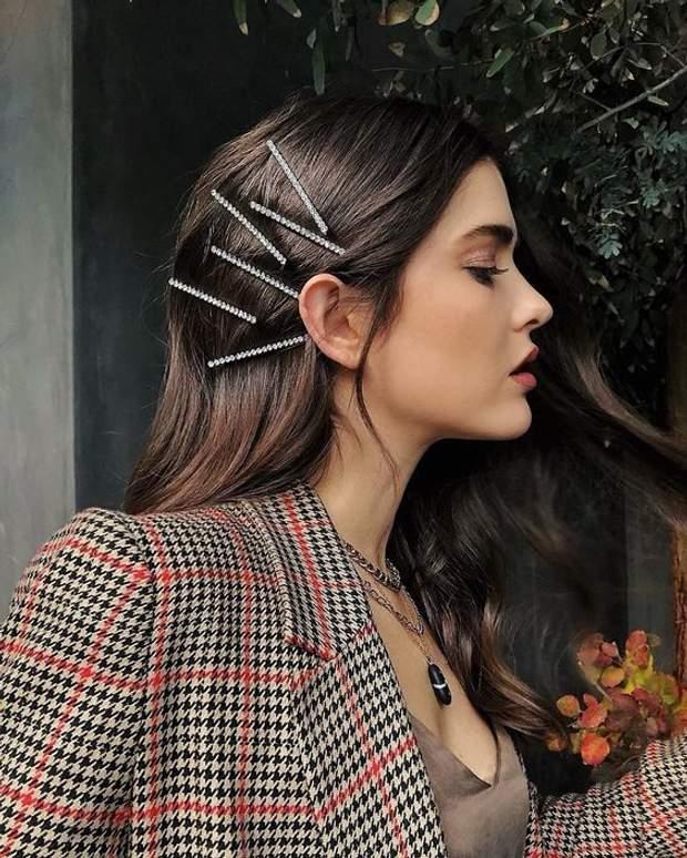 Волосся можна прикрасити за допомогою шпильок