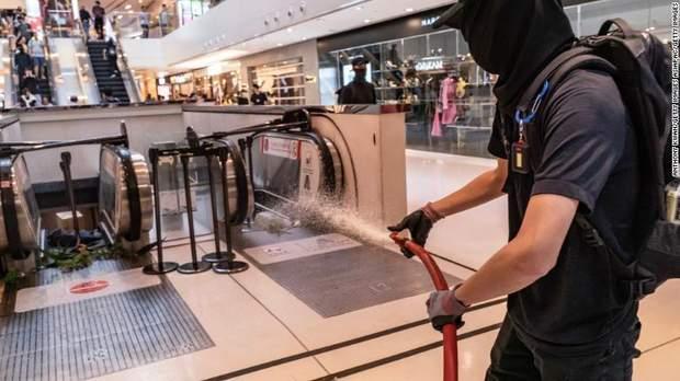 Протестувальники нишать торгові центри