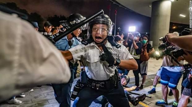 Сутичка поліцейських та протестувальників