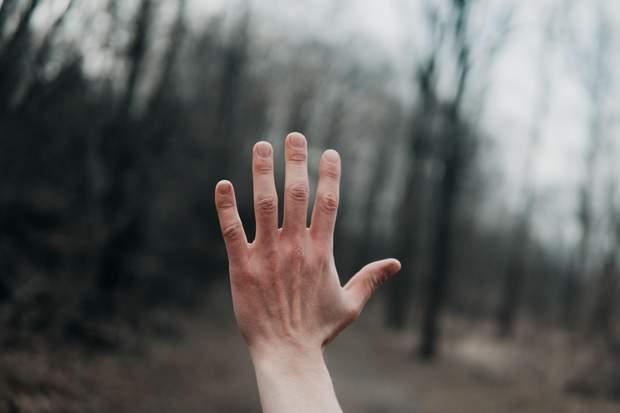 Біля плями на нігтях можуть виникати через травми