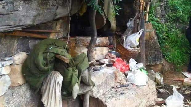 в Китаї чоловік 17 років жив у печері